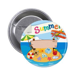 Tema del verano con los objetos en la playa pin redondo 5 cm