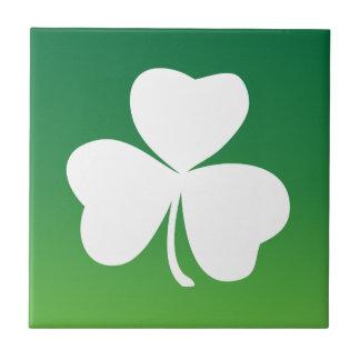 Tema irlandés del verde del trébol azulejo cerámica