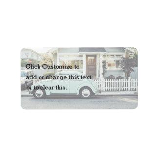 Temático retro, un coche retro parqueado hacia etiqueta de dirección