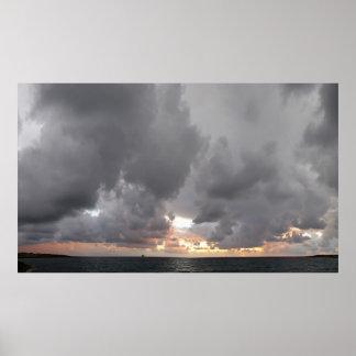 Tempestad de truenos coralina de la bahía en la pu póster