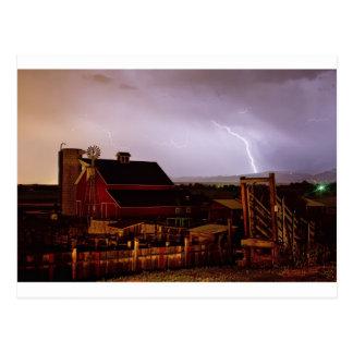 Tempestad de truenos del relámpago de la granja de tarjetas postales