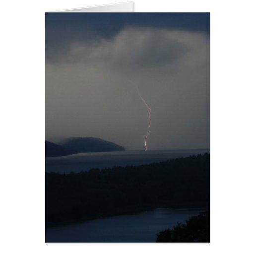 Tempestad de truenos y relámpago sobre el depósito felicitacion