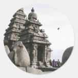 Templo de la orilla pegatina redonda