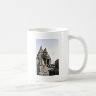 Templo de la orilla taza clásica