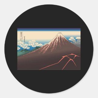 Temporal de lluvia de Hokusai debajo de la cumbre Pegatina Redonda