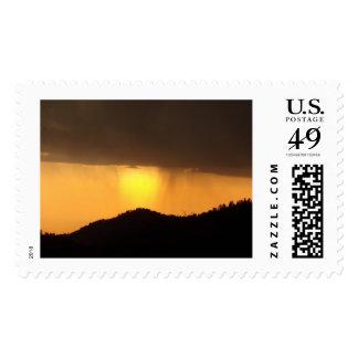 ¡Temporal de lluvia de la puesta del sol sobre el Sello Postal