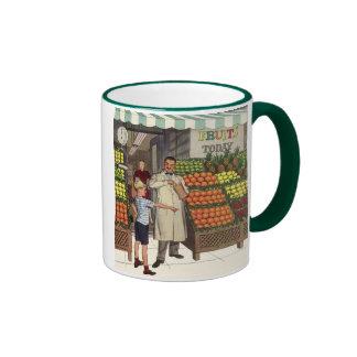 Tendero y muchacho del negocio del vintage por el taza de dos colores
