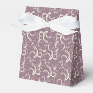 Tendrils del helecho en crema en la lavanda caja para regalo de boda