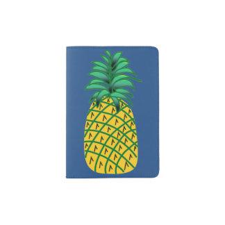 Tenedor del pasaporte con el ejemplo de la piña porta pasaporte