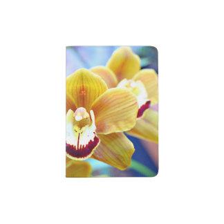 Tenedor del pasaporte con la orquídea del porta pasaportes