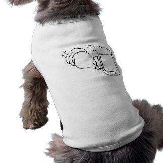 Tenencia de brazo una taza de cerveza camiseta de mascota