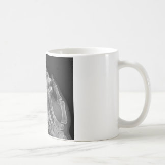 Tenencia de la mano taza de café
