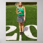 Tenencia del jugador del lacrosse de la High Schoo Póster