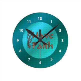 Tenga fe inspirada reloj redondo mediano