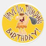 Tenga Um cumpleaños QUE GOLPEA PESADAMENTE Pegatina Redonda
