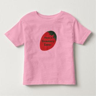 Tenga una camisa del huevo de Pascua de la fresa