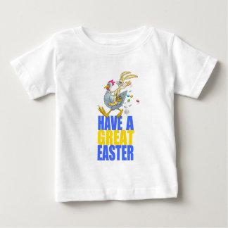 Tenga una gran Pascua, conejito que monta un pollo Playera De Bebé