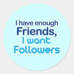 Tengo bastantes amigos pegatina redonda