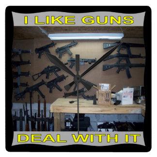Tengo gusto de trato de los armas con él reloj cuadrado