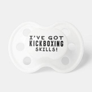 Tengo habilidades kickboxing de los artes marciale chupetes