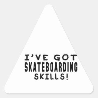 Tengo habilidades que andan en monopatín pegatina triangular