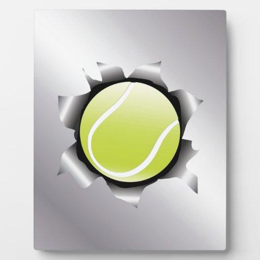 tenis a través de la hoja de metal placas con fotos