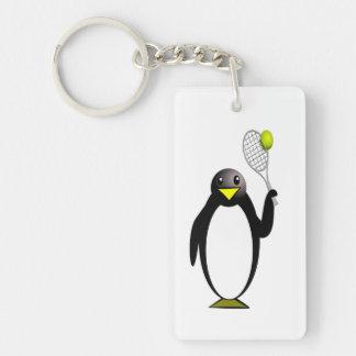Tenis del pingüino llavero rectangular acrílico a una cara