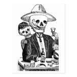 Tequila de consumición esquelético y el fumar, postal