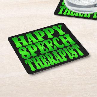 Terapeuta de discurso feliz en verde posavasos desechable cuadrado