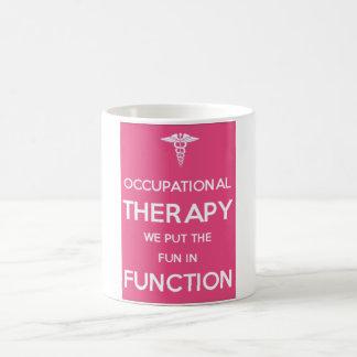 Terapeuta de la rehabilitación de la taza de la te