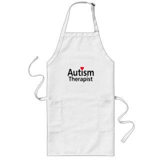 Terapeuta del autismo con el corazón rojo delantal