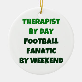 Terapeuta del fanático del fútbol del día por fin adorno navideño redondo de cerámica