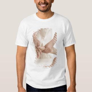 Terapeuta del masaje que aplica el masaje 2 del camisas