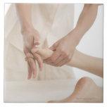Terapeuta del masaje que aplica el masaje 2 del pi tejas  cerámicas
