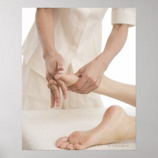 Terapeuta del masaje que aplica el masaje 2 del pi impresiones