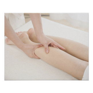 Terapeuta del masaje que aplica masaje del pie poster