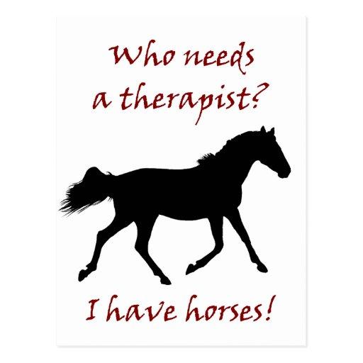 Terapeuta divertido del caballo postal