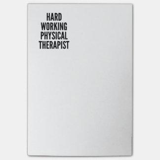 Terapeuta físico de trabajo duro post-it notas
