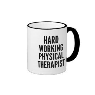 Terapeuta físico de trabajo duro taza de dos colores