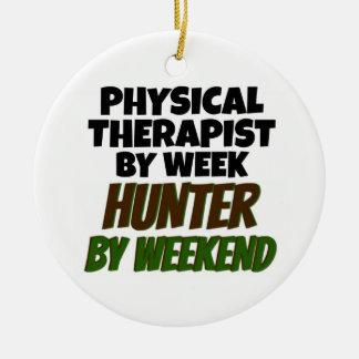 Terapeuta físico del cazador del día por fin de adorno navideño redondo de cerámica