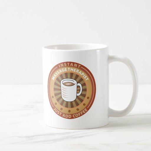 Terapeuta inmediato del masaje taza de café