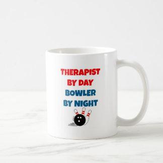 Terapeuta por el jugador de bolos del día por taza básica blanca