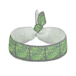 Terapeuta respiratorio loco en verde banda para el cabello