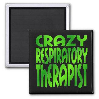 Terapeuta respiratorio loco en verde imán cuadrado