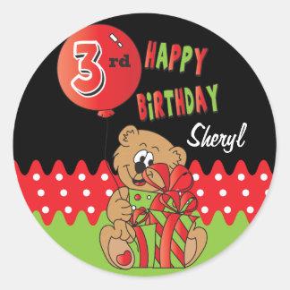 Tercer cumpleaños feliz del oso pegatina redonda