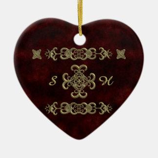 Terciopelo rojo con el ornamento de oro adorno de cerámica en forma de corazón