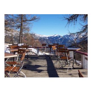 Terraza soleada del café de la montaña tarjeta postal