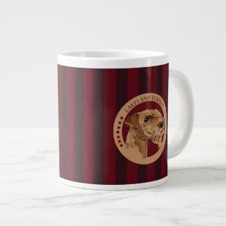 Terrier de lakeland del perro taza grande