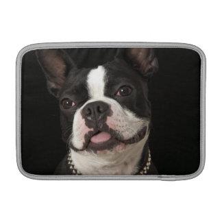 Terrier sonriente de Boston con el cuello Fundas MacBook