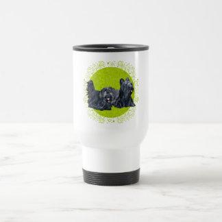 Terrieres de Skye en la taza verde del viaje